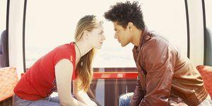 Giovane coppia che si guarda negli occhi