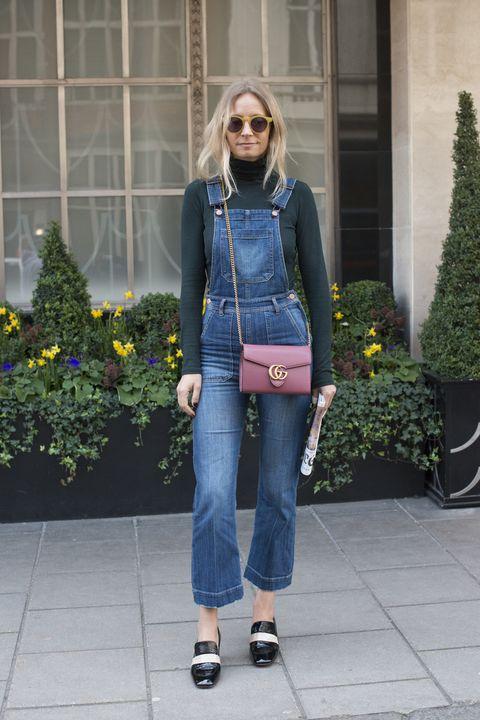 La verità è che pensi alla salopette come a un capo maschile o da teenager: scopri quanti abbinamenti sexy e femminili puoi fare con una salopette di jeans