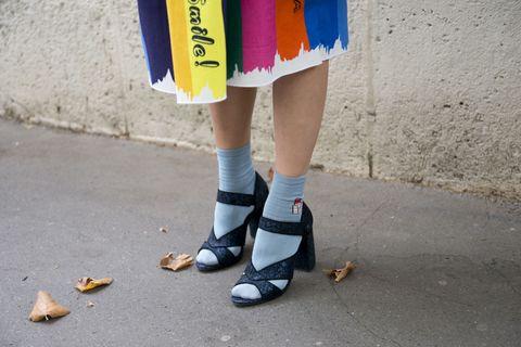 Arriva la primavera e la voglia di sandali si fa sentire: indossali con i calzini corti e con quelli di spugna bianchi per far sport, il mix elegante-sportivo è la tendenza di primavera 2017