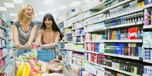 Due amiche fanno la spesa al supermercato
