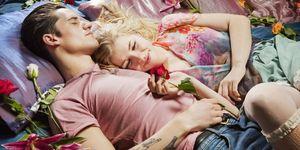 Ragazzo e ragazza abbracciati a letto