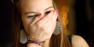 una ragazza sorride esprimendo le sue emozioni di gioia