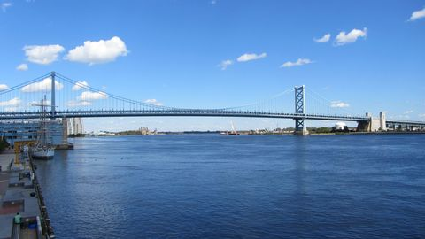 """<p>La parte centrale della città è in mezzo a due fiumi, il Schuylkill a ovest e il Delawere a est. Qui trovi il Benjamin Franklin bridge che collega la città dell'amore fraterno a Camden, New Jersey.<span class=""""redactor-invisible-space"""" data-verified=""""redactor"""" data-redactor-tag=""""span"""" data-redactor-class=""""redactor-invisible-space""""></span></p>"""