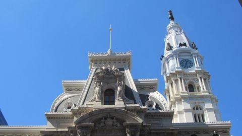 """<p>Il City Hall (municipio) è la sede del Comune. Salite sulla sua torre-campanile (167 m) che per anni è stata la più alta del mondo. Da qui puoi godere di una vista eccezionale a 360°.<span class=""""redactor-invisible-space"""" data-verified=""""redactor"""" data-redactor-tag=""""span"""" data-redactor-class=""""redactor-invisible-space""""></span></p>"""