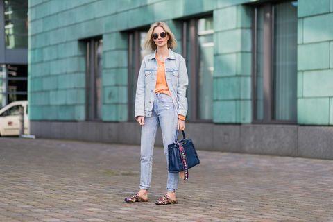 """<p>I <a href=""""http://www.cosmopolitan.it/moda/news/g112466/mom-jeans-outfit-per-indossarli/"""" data-tracking-id=""""recirc-text-link"""">mom jeans sono tornati alla grande</a> per questa primavera estate. Sono proprio i classici jeans chiari e a vita alta che andavano tra la fine degli anni Ottanta e gli anni Novanta. Quindi, perché acquistarne un paio nuovo quando hai a disposizione quelli <em data-redactor-tag=""""em"""" data-verified=""""redactor"""">original </em>di tua mamma?</p>"""