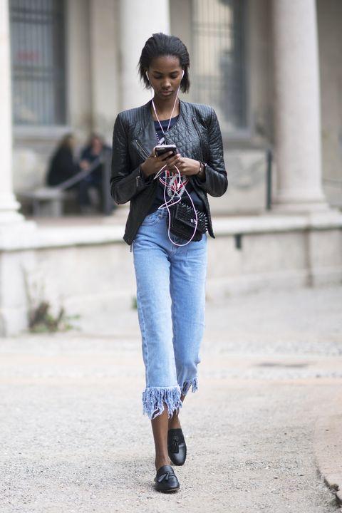 Il giubbotto di pelle ha di fatto sostituito il blazer elegante: il modello chiodo o biker lo indossi praticamente su ogni look, da quello più casual a quello più chic