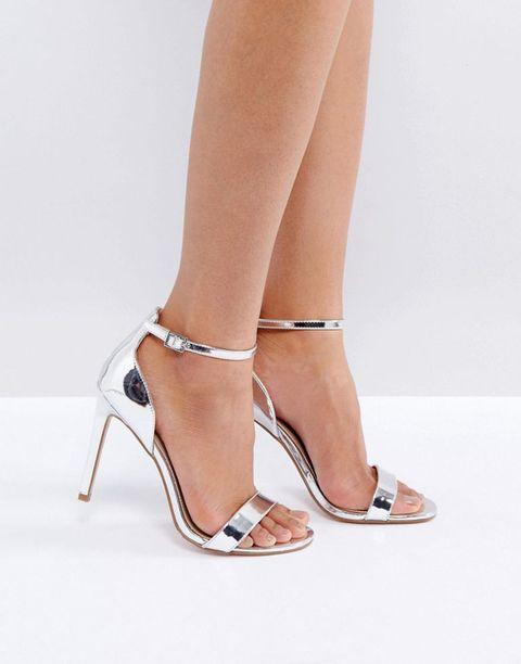 Ecco i sandali argento con tacco basso o tacco alto, infradito o con decorazioni preziose per illuminare di giorno e di sera i tuoi outfit estivi.