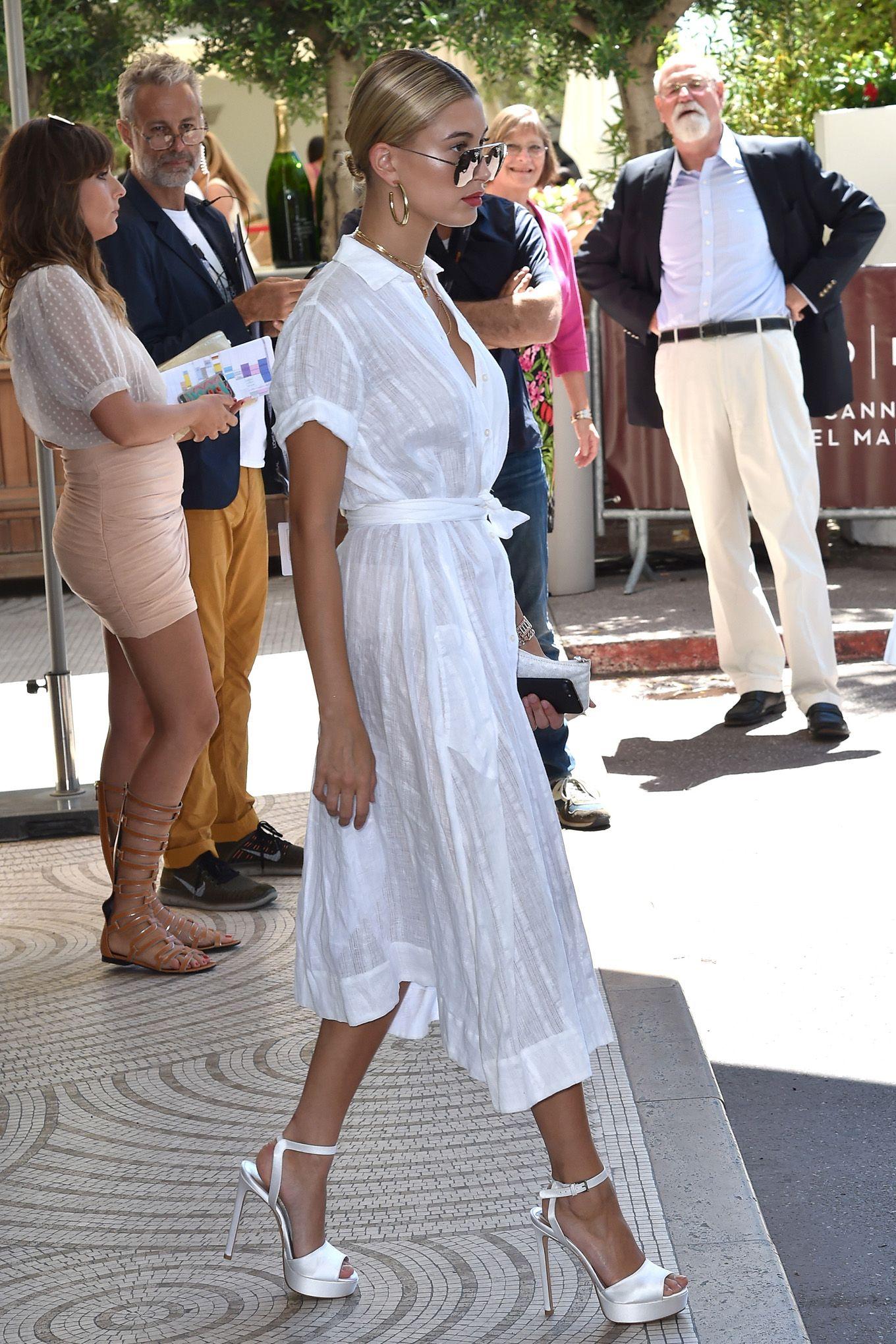 10 star che tu conosci sono completamente dipendenti dalle scarpe bianche, le indossano sempre e in situazioni diverse: scopri chi sono e copia i loro bellissimi look.