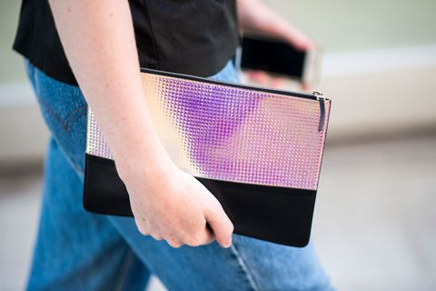 Less is More dicevano gli architetti e i designer: e infatti è così anche per te con le borse dell'estate must-have, le clutch piatte da stringere in una mano.
