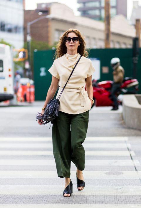 Guarda i pantaloni militari e scopri con cosa abbinarli per seguire le ultime tendenze moda estate 2017.
