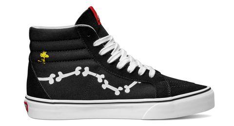 Non è uno scherzo, la nuova eleganza passa dalle sneakers: mixa due stili e prova ad abbinare le tue amate sneakers con abiti eleganti lunghi e corti