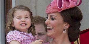 Kate Middleton tiene in braccio la principessa Charlotte vestite di rosa