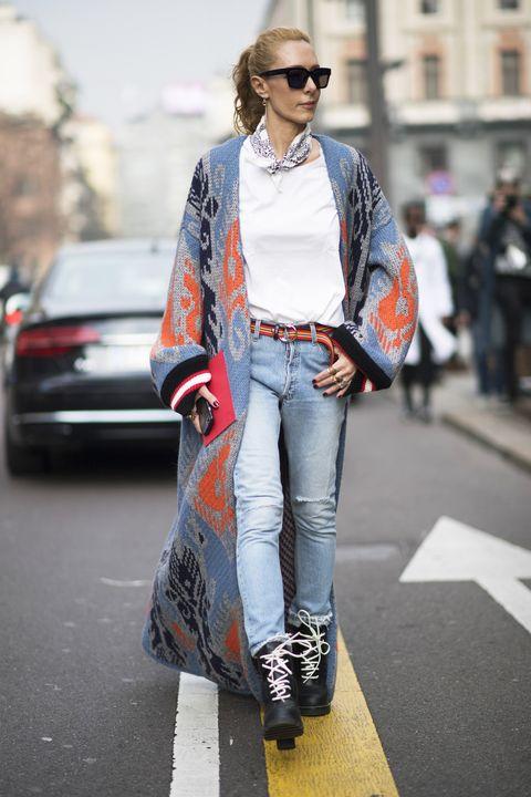 La bandana è un accessorio senza tempo ma come indossarla? Ecco tanti look e outfit di tendenza per la moda inverno 2017 2018 con la bandana protagonista.