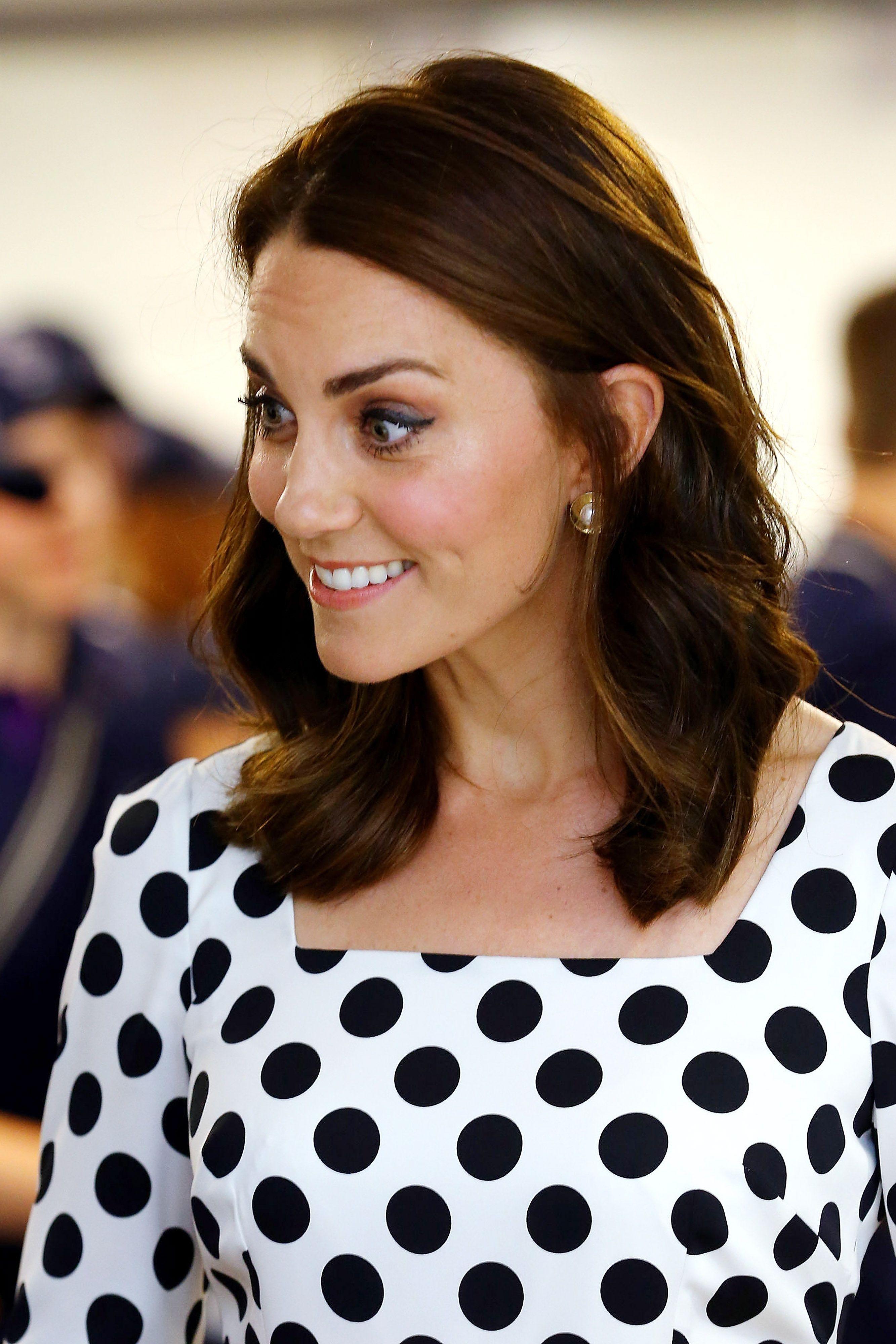 Un primo piano di Kate Middleton con i capelli tagliati sulle spalle