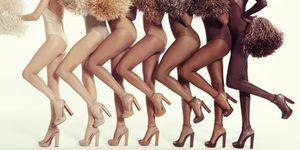 La collezione Nude di Louboutin si amplia con due nuovi modelli di sandali declinati in 7 tonalità colore di pelle diverse, una vera magia per asciugare la silhouette delle gambe