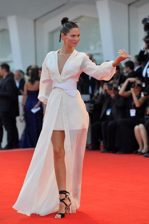 3e6aed0b7d73 Bianca Balti è bellissima sul red carpet di Venezia con l abito ...