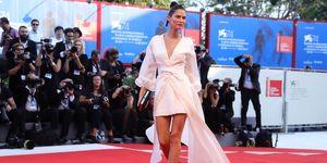 Bianca Balti sul red carpet con l'abito bianco di OVS