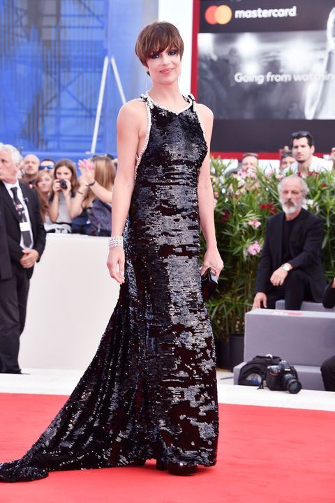 Red carpet, Carpet, Fashion model, Dress, Clothing, Premiere, Fashion, Flooring, Gown, Hairstyle,