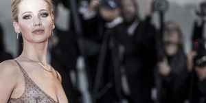 Jennifer Lawrence sul red carpet di Venezia con abito Dior