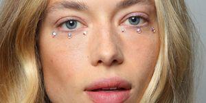 """<p>""""Occhiaie"""" gioiello dalla sfilata di&nbsp&#x3B;Jeremy Scott.</p>"""