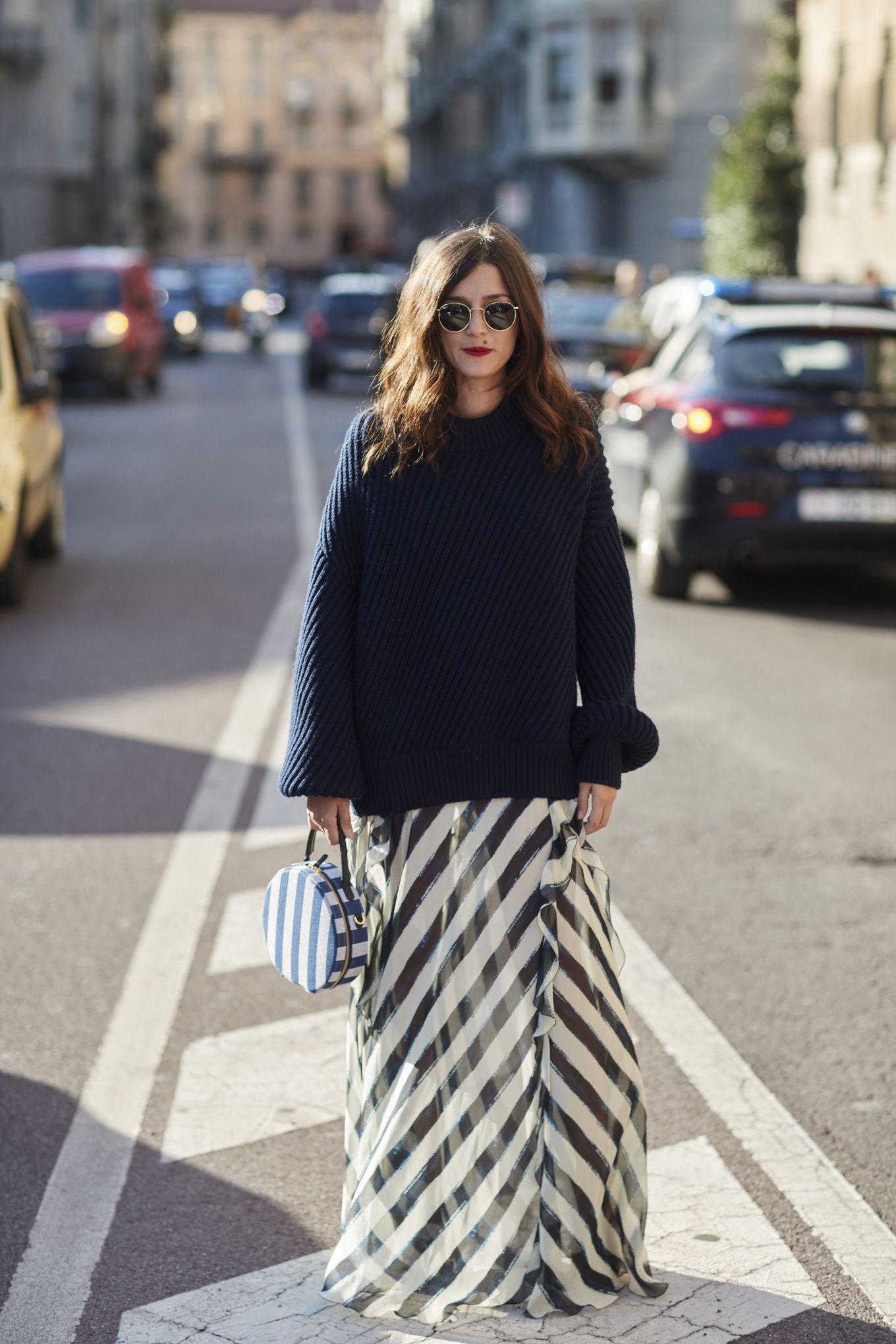 Dai una chance al tuo maglione oversize del liceo: indossalo come se fosse il pezzo più sexy del tuo look e non potrai più farne a meno