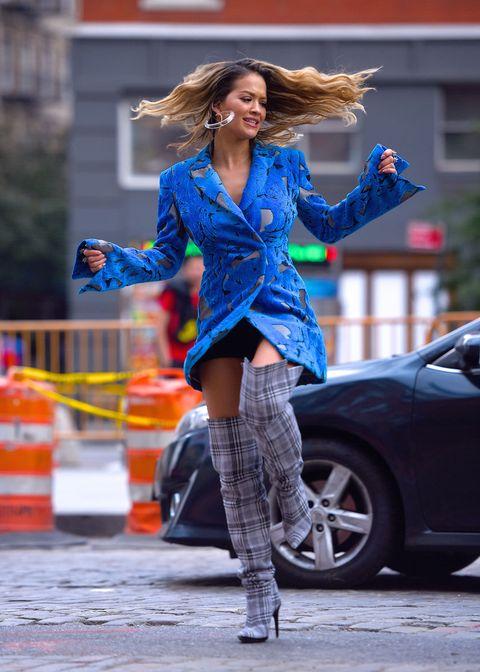 Esistono parecchi modi di indossare gli stivali sopra al ginocchio, ma cosa succede se si sbagliano le proporzioni? È quello che è capitato alla bella Rita Ora con uno dei tanti look del suo ultimo video.