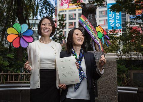 渋谷区パートナーシップ証明書の認定カップル第1号となった東小雪さん(左)と増原裕子さん(右)