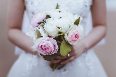 女性が自分自身にプロポーズ!「私を生涯幸せにします」