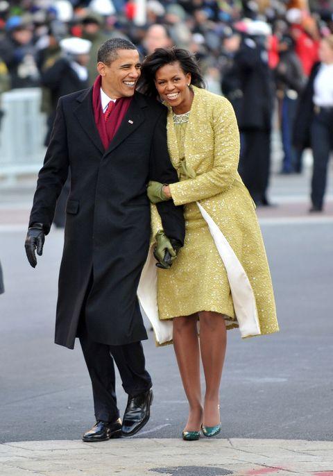 <p>バラク・オバマ大統領就任前から「ミシェル・オバマはGAPやJ.Crewといった庶民派ブランドを着ている」と国民から親しみをもたれていました。2009年1月大統領就任式では、繊細なレモングラス色のアンサンブルで登場。キューバ系アメリカ人のデザイナー「Isabel Toledo」(イザベル トレド)の服を着こなし、ファッション業界人を「さすが」と言わしめました。なぜなら過去の就任式には、レッドやブルーといった星条旗を思わせる色で登場する夫人が多かった中、フレッシュな色で登場したから。ビッグネームではなく、アメリカが誇るファッション大学FITでクチュール賞を受賞する実力派ブランドを選ぶあたりも、好感が持てますね! ちなみにグリーンのグローブは「J.Crew」のもの。</p>