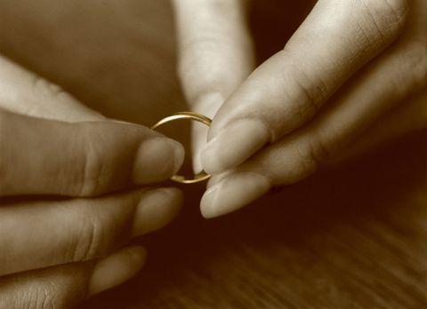 離婚:外した結婚指輪を持つ手