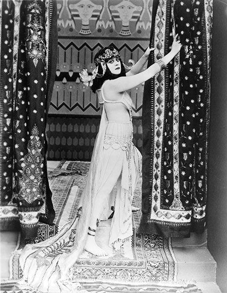 <p>ハリウッド史上初のセックスシンボルの1人、セダ・バラは1917年のサイレント映画『クレオパトラ』に出演したとき、コイル状になった際どいヘビのブラトップで胸を覆った。肌を晒した衣装のシーンは、検閲の対象になったほど。残念ながら、フィルムのほとんどは破損してしまったため、現存していない。</p>