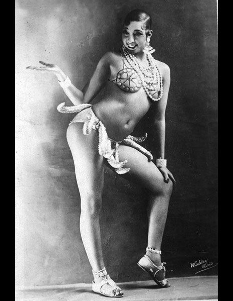 <p>ダンサーで公民権運動の活動家、ジョセフィン・ベイカーは20年代のパリで活躍。彼女の有名なダンスといえば、偽物のバナナで作られたスカートを纏ってお尻を振る、まさに元祖トゥワーク。観客たちの反応は賛否両論に分かれ、当時一大センセーションを巻き起こした。<br>人類学者のエッシー・ロバートソンは「馬鹿らしい卑猥な踊り」とコメントし、一方作家のアーネスト・ヘミングウェイは、「史上最もセンセーショナルな女性」と称えている。</p>