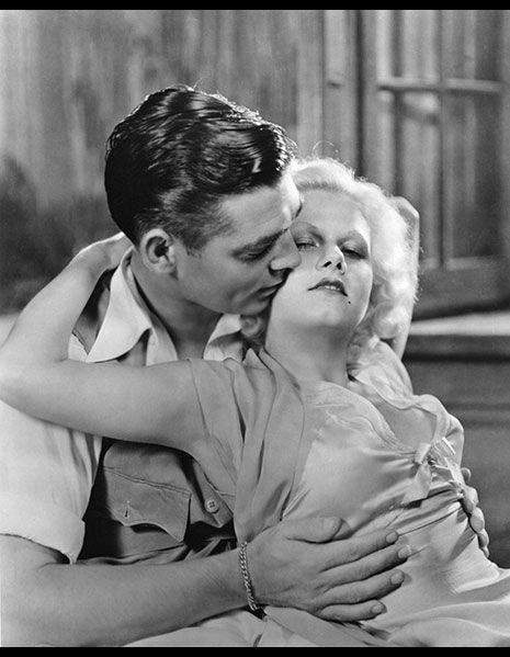 <p>元祖ブロンド女優のジーン・ハーロウは、30年代に映画が検閲下にあったプレ・コード期のハリウッドにおいてひっぱりだこに。<br>タイトなドレスを下着を身に付けずに着用することが多々あった。<br>写真はクラーク・ゲーブルと共演した『紅塵』のワンシーン。</p>