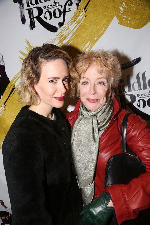 """<p>女優サラ・ポールソンが付き合っているのは、人気海外ドラマ「Lの世界」などに出演するの女優のホーランド・テイラー。なんとふたりの年齢差は32歳。<a href=""""http://www.nytimes.com/2016/03/03/fashion/sarah-paulson-opens-up-about-dating-older-women-holland-taylor.html"""" target=""""_blank"""">出会いのきっかけ</a>は、10年前のとあるパーティで。そして、数年後チャリティのためのビデオ撮影で再会し、ツイッターをフォローしあうなどして関係を深めていったとか。</p>"""