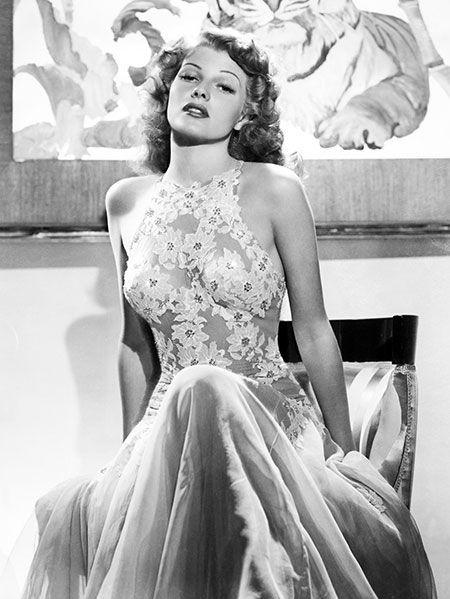 <p>胸の部分を花の刺しゅうで覆った、ホルターネックのシアードレス。こちらは映画「You were never lovelier(晴れて今宵は)」(1942年公開)の衣裳。</p>
