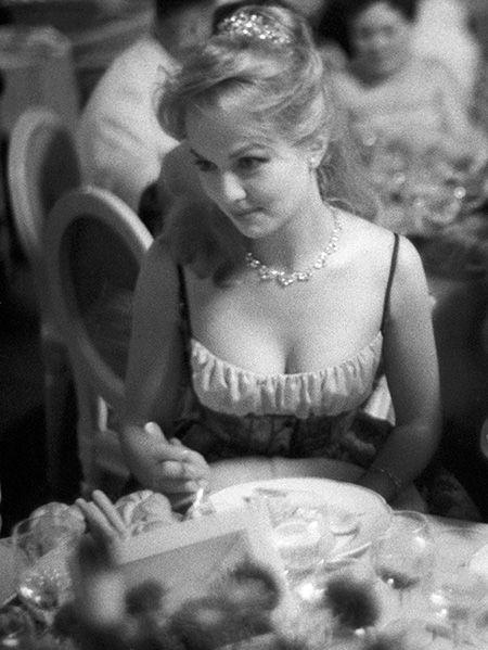 <p>透け透けのシアードレスではないけれど、デコルテから胸元が大きく開いたドレスで登場したミレーヌ。当時としては、かなりセクシーだったのかも。</p>