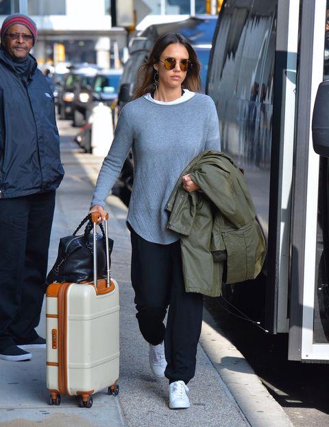 <p>女優業だけでなくビジネスウーマンとしても活躍中のジェシカ。モスキーノのゆるパンにヴィンスの白スニーカーで動きやすさ抜群。クインのニットを合わせた大人カジュアルでJFK空港に。スーツケースはブリックス・ミラノ。</p>