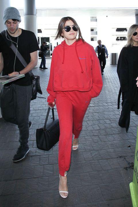 <p>ロサンゼルス国際空港ことLAX(エル・エー・エックス)からパリへ向かうセレーナは、超話題のブランド、ヴェトモンのスウェット上下。ルイ・ヴィトンの「トロカデロ」バッグとジミー・チュウのWストラップサンダルでレディに。</p>
