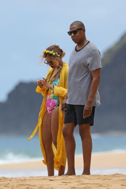 <p>新作アルバム『レモネード』発売でキーカラーは断然イエローなビヨンセ。トロピカル柄のCMマリティナのワンピース水着に羽織ったのは、フォルテ・フォルテのローブコート。カラフルコーデが南国ハワイにぴったり。</p>