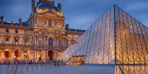 """<p><span style=""""line-height: 1.6em; background-color: initial;"""">フランス人の美へのこだわりと情熱とを集結させたようなルーブル美術館は建物、コレクションの質、量、どれを取ってもまさに世界一の美術館。</span><br></p><p>「モナリザ」や「ミロのヴィーナス」に気をとられがちだが、エジプト、古代ギリシャ、ローマの美術、彫刻作品、工芸も充実しており、博物館としても見どころに溢れている。</p><p>古代から近代までの名作を収めているだけでなく、ルーブルは世界最大級の史跡でもある。フランス王の要塞だった時代の史跡の一部が見られる地下部分は、美術に興味がない人でもおもわず身震いするほど。</p><p>ぜひ1日滞在するつもりで予定を立てて欲しい。</p><p><a href=""""http://www.louvre.fr/en"""" target=""""_blank""""><em>louvre.fr</em></a><br></p>"""