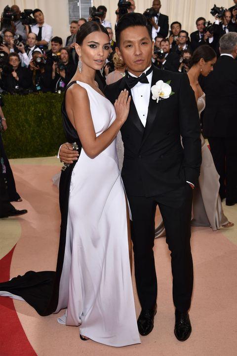 <p>シンプルなモノトーンドレスを着て、デザイナーのプラバル・グルン氏に寄り添うエミリー。長いトレーンがとってもエレガント。</p>