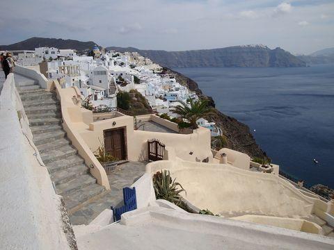 <p>アテネから空路、サントリーニへ。断崖絶壁に立ち並ぶ白い建物。</p>