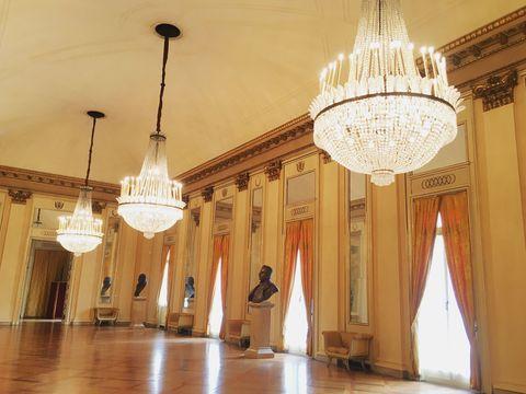 <p>パリ、ウィーンのオペラ座と並び、世界三大オペラ座と称される「スカラ座」。劇場はもとより、豪華なシャンデリアのきらめきに照らされ、シャンパン色に染まるホワイエの雰囲気に一目惚れ! 歴史にちなんだ博物館もあり、見応えたっぷり。</p>