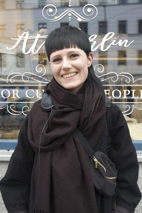 """<p><strong data-redactor-tag=""""strong"""">幸せな時間</strong><strong data-redactor-tag=""""strong"""">/</strong>朝起きた時に「健康だな」と感じる時</p><p>ミュンヘンから仕事で来ていたジェシカさん。2ブロックのヘアーに、ベルリンらしい全身黒×黒というコーディネートの彼女のお仕事はファッションデザイナー。普段から、口にするものすべてに非常に気を使っているベジタリアンの彼女が幸せを感じるのは、朝目覚めた時!? 「私にとって一番大切なのが健康であることなの。だから、朝目覚めた時に健康だなと感じると幸せだと思えるわ」</p>"""