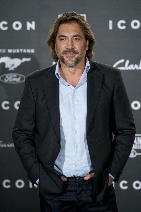 """<p>映画『007スカイフォール』では、ダニエル・クレイグ演じるジェームス・ボンドの敵役だったハビエル・バルデム。映画『それでも恋するバルセロナ』で共演した、同じくスペイン出身の女優ペネロペ・クルスとと結婚し、今は2児のパパ♡ 見た目のワイルドさと、訛りのきいたセクシーな英語がたまりません!<span class=""""redactor-invisible-space"""" data-verified=""""redactor"""" data-redactor-tag=""""span"""" data-redactor-class=""""redactor-invisible-space""""></span></p>"""