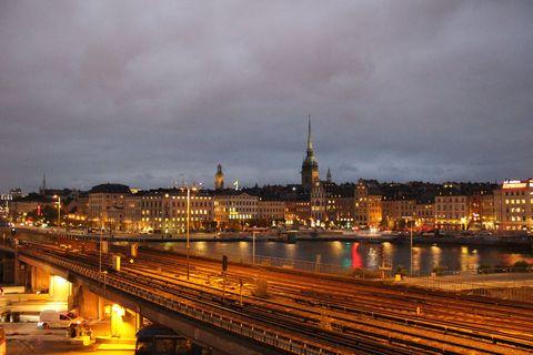 """<p>先ほどのスポットを夜に訪れると、昼間とは違い、オレンジ色の街灯に照らされたロマンティックなストックホルムが! 「訪れると恋愛したくなる都市」と呼ばれる由縁はここにあり? ちなみに建物の窓からの光さえオレンジ色なのは、日本と違い蛍光灯を家庭に設置しないから。スウェーデンではやわらかい照明を好むのだそう。</p><p><span class=""""redactor-invisible-space"""" data-verified=""""redactor"""" data-redactor-tag=""""span"""" data-redactor-class=""""redactor-invisible-space""""></span></p>"""