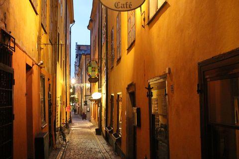 """<p>黄色で塗られた壁がかわいい旧市街の小道。石畳が続くレトロなエリア。一部を除いて歩行者天国になっており、細い小道がたくさんあるのが特徴。一見迷路のようだけど、曲がり角ごとに、標識を設置しているスウェーデンでは、縦横の通りの名前を確認することで、現在地が簡単にわかるので安心!</p><p><span class=""""redactor-invisible-space"""" data-verified=""""redactor"""" data-redactor-tag=""""span"""" data-redactor-class=""""redactor-invisible-space""""></span></p>"""