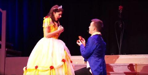 舞台の上でプロポーズ!?彼氏のサプライズが素敵すぎ♡