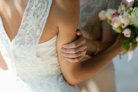 自分を虐待した母を、結婚式に呼ぶべき?