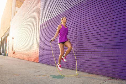 縄跳びをする健康的な女性